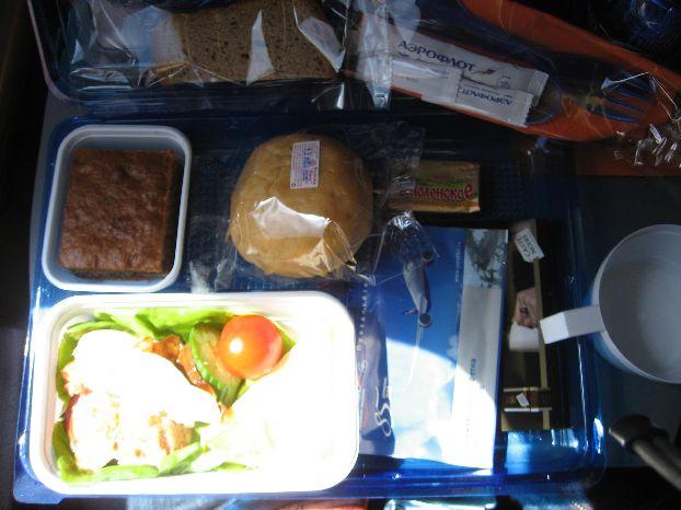 Меню Aeroflot «Пермь-Париж»: помидор, масло, булка, овощной салат, кусочек чёрного хлеба, растворимый кофе, кекс