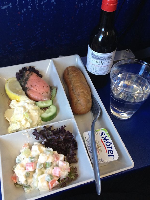 Вариант питания «Москва-Париж» AirFrance: Салат картофельный, кусок лосося, салат овощной. Булочка, сыр, вино