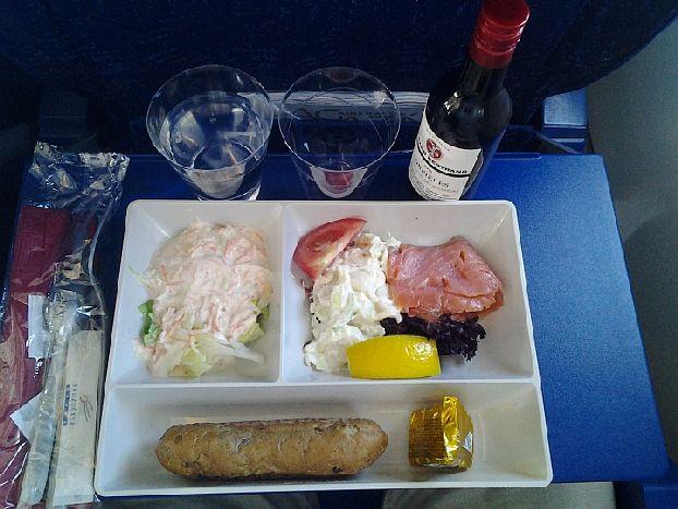 Питание на борту рейса AirFrance «Москва-Париж» (эконом класс): салат с майонезом, подкопченый лосось с картошкой с майонезом, помидором, листом салата, лимоном, багет зернового хлеба, сыр камамбер и бутылочка красного вина 2009