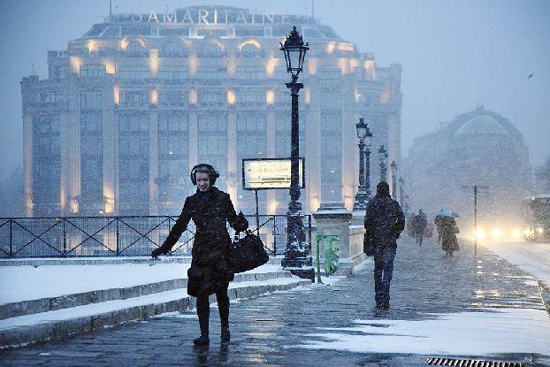 Январские улочки Парижа, впервые выпал снег