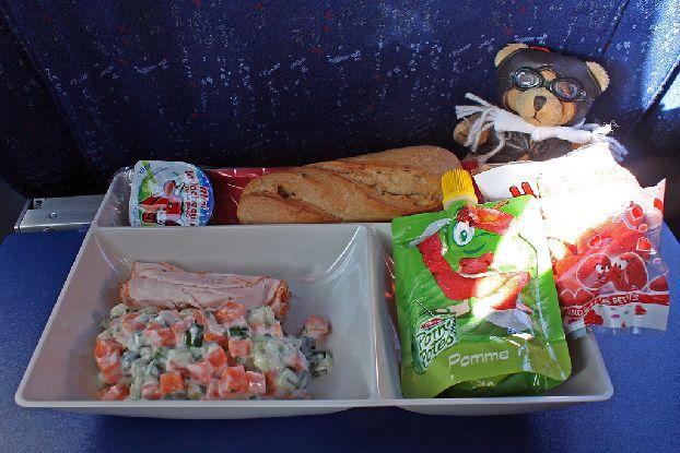 «Париж – Москва» AirFrance: плавленный сырок, булка,  два куска карбонада, салат из морковки с огурчиками и био йогуртом, яблочное пюре; соки, воды, вино, пиво, чай, кофе  (на выбор) и печенье