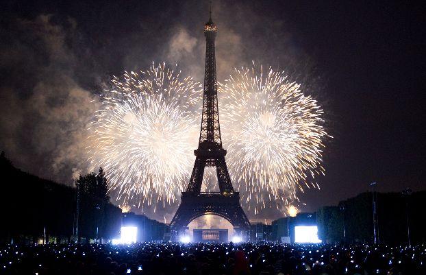 Праздничный салют в Париже в новогоднюю ночь