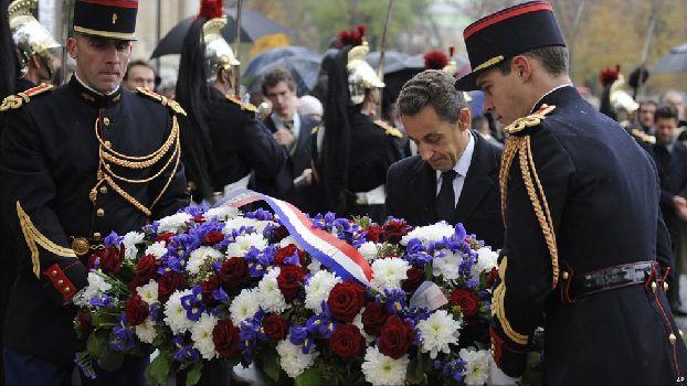 Николай Саркози возлагает венки на торжественном параде в День Перемирия