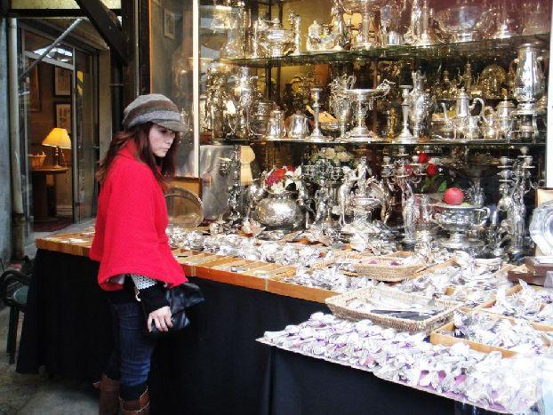В Париже вполне можно купить вещицы начала 20 века, причем очень недорого!
