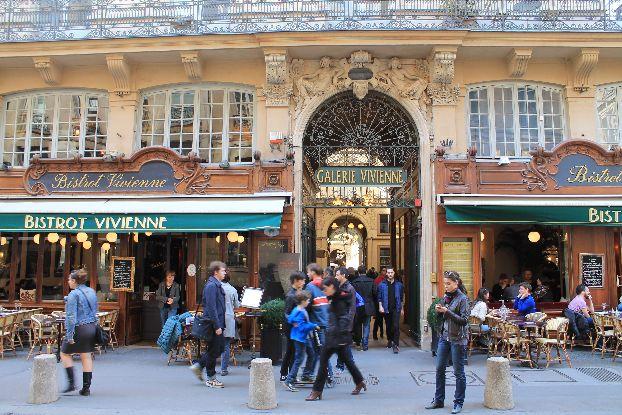 Любой турист в Париже пытается купить себе или близким в подарок что-нибудь интересное, давайте узнаем, что же привезти из Парижа в подарок?