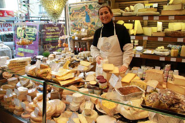 Приехав из Париже накройте на стол, достаньте привезенное вино и нарежьте тонкими ломтиками настоящий  французское сыр!
