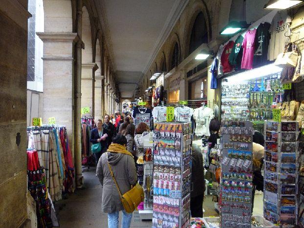 Ну улице Риволи можно найти довольно оригинальные сувениры, которые не найдешь на том же Монмартре, напр, копии скульптур и так далее..