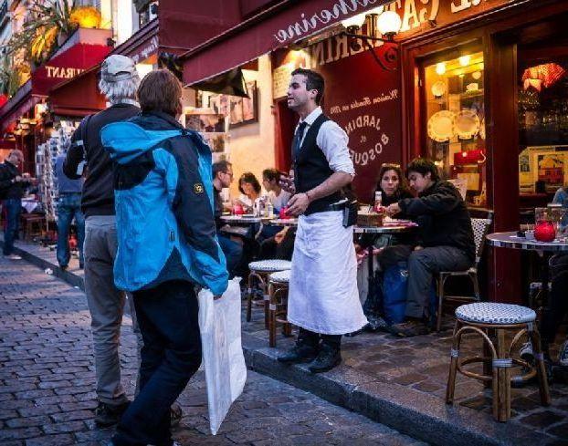 Считается, что в кафе или ресторане нужно подождать предложения от официанта, чтобы сесть за столик