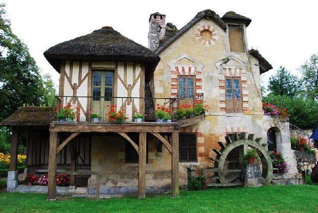 Если перед посещением Версаля Вы посмотрите известный францзуский фильм о Марии Антуанетте, то сможете по достоинству оценить это место!
