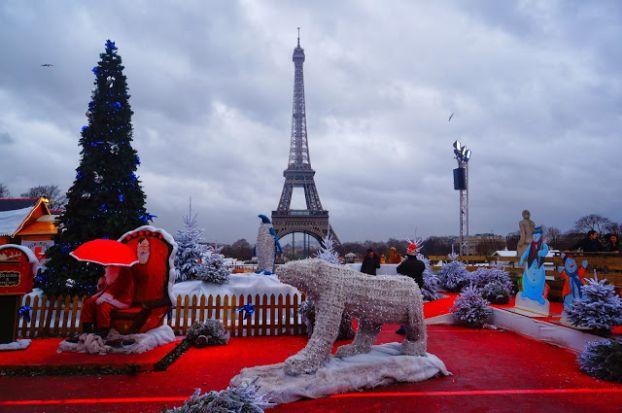 Эйфелева Башня - центра притяжения и на рождественские и новогодние праздники