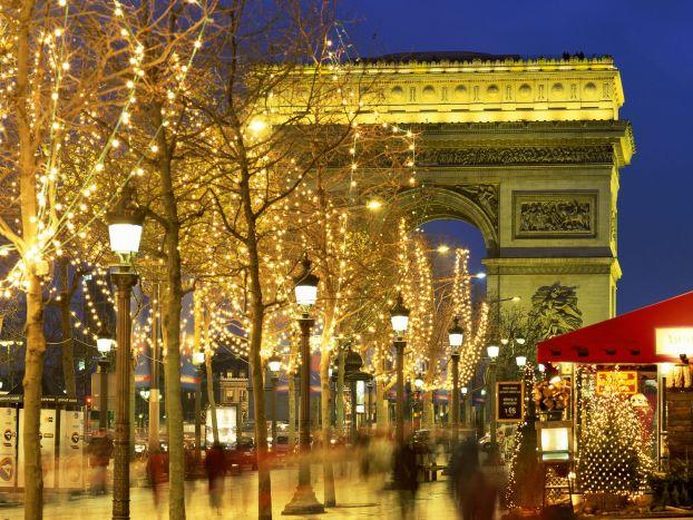 На рождественские и новогодние праздники Париж преображается