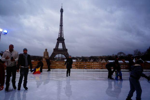 Каток в Париже прямо напротив Эйфелевой Башни