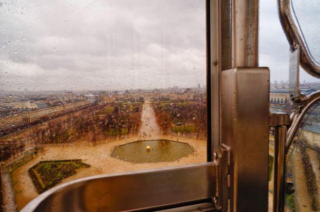 Вид на декабрьский Париж с колеса обозрения.. кстати, кабинки здесь закрытые, поэтому 3-4 оборота доставят вам лишь положительные эмоции