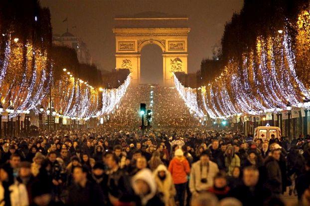 На Новый Год и Рождество в Париже много туристов и цены на туры тоже выше, чем обычно.. и тем не менее, многие выбирают именно Париж для новогодних праздников. Давайте узнаем почему!