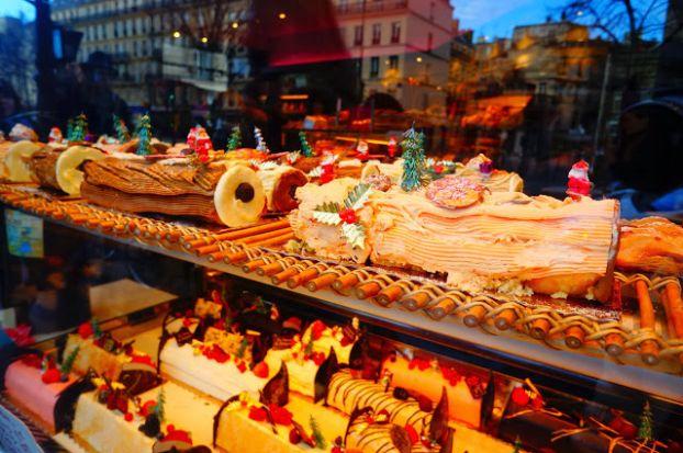 На рождественских ярмарках обычно продаются всякие безделушки или что-то из съестного, как, например, эти вкусные лакомства, изготавливаемые лишь на Рождество