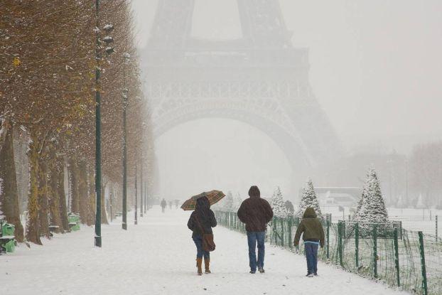 Иногда в Париже может выпасть снег, правда, обычно он быстро тает