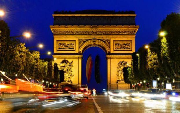 Вот настал и вечер, когда можно увидеть Париж в иллюминации