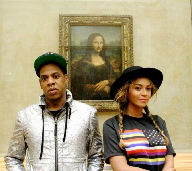 Мало кто может удержаться от фотографирования Мона Лизы в Лувре )