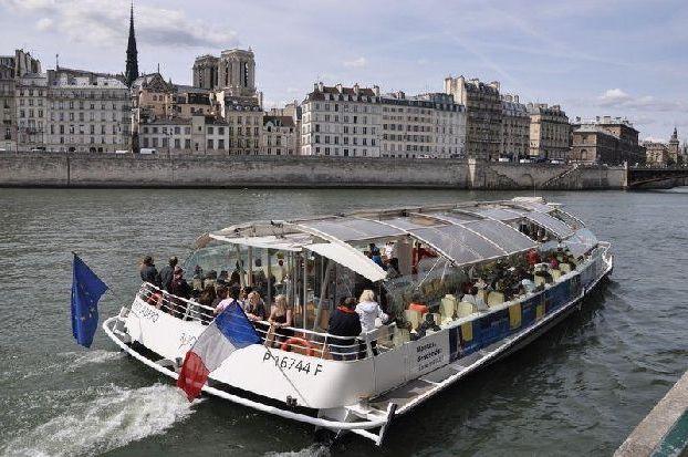 Еще один способ дать отдых своим ногам - прокатиться по реке Сена и посмотреть на великий город с воды!